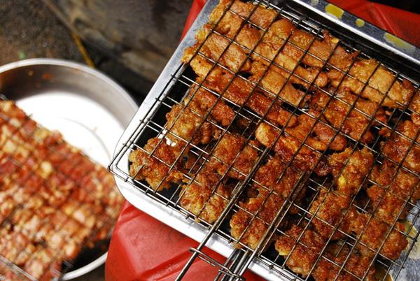 Những vỉ thịt nướng quạt vừa chín tới kích thích vị giác của thực khách.
