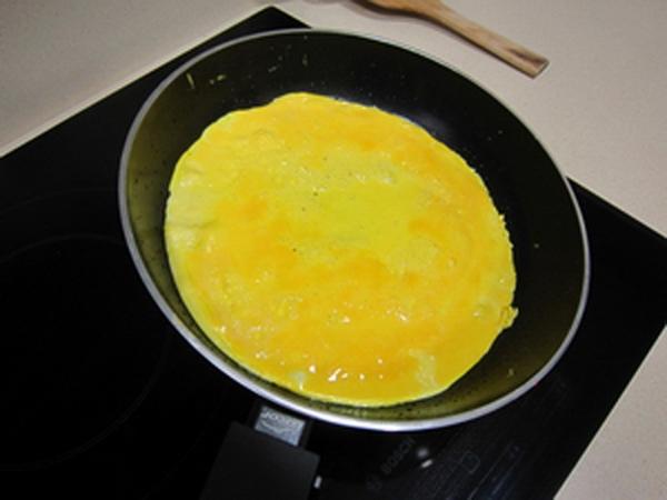 Rán trứng gà thật mỏng