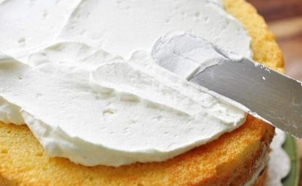 Phết bơ lên kem cách làm bánh kem sinh nhật