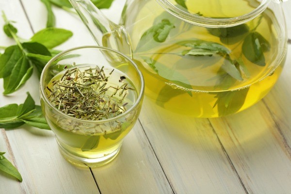 uống trà xanh bí quyết giảm cân sau sinh của người nhật