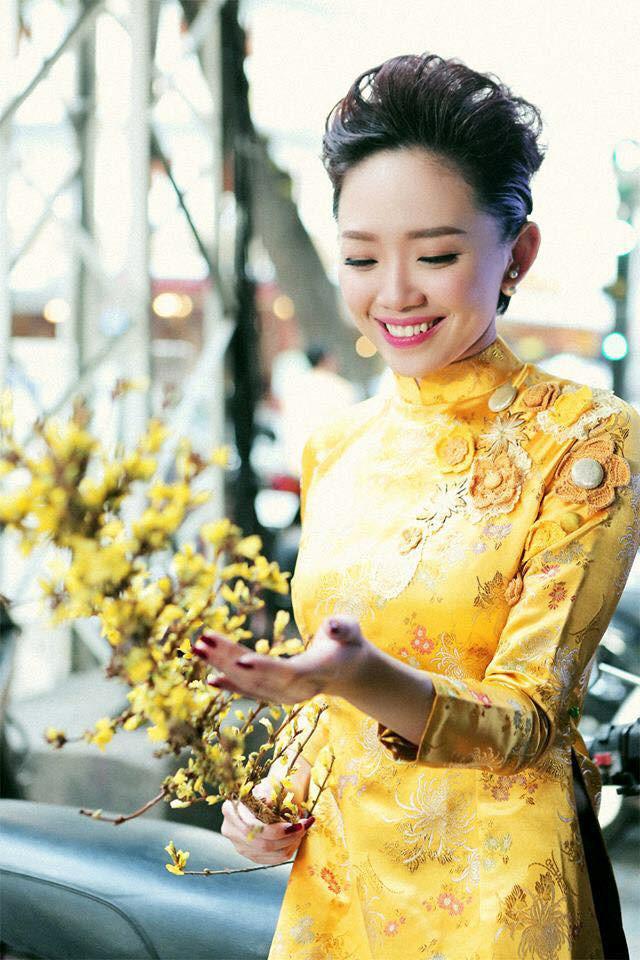 áo dài gấm cách tân vàng