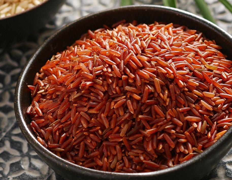 Gạo lứt là thực phẩm giúp cải thiện tình trạng da chảy xệ.