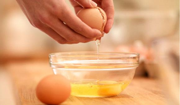 Trị mụn đầu đen bằng lòng trắng trứng